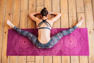 Какой коврик для йоги выбрать для занятий девушке