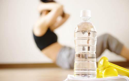 пьют воду после тренировки
