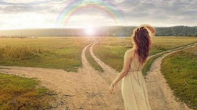 девушка выбирает путь с помощью интуиции