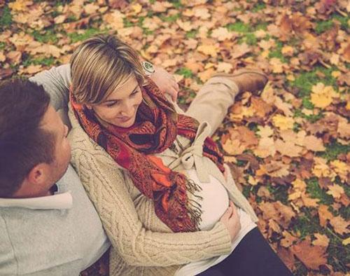 позы для фотосессии беременной на природе осенью фото 7