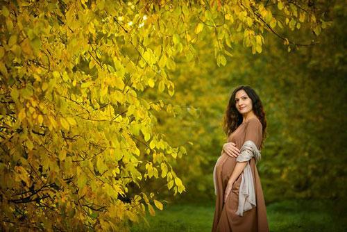 позы для фотосессии беременной на природе осенью фото 6