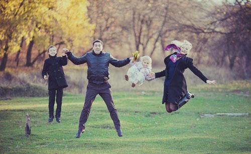 идеи для семейной фотосессии осенью на природе 3